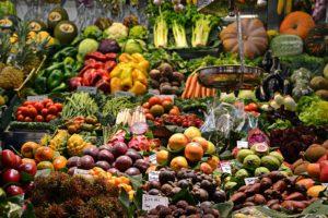 Auslage mit Gemüse und Obst